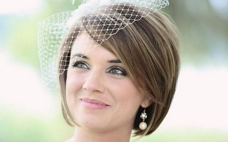 Посмотрите видео о том, как сделать удачную свадебную прическу на каре.