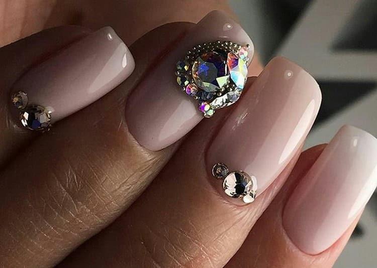 Сердечки на ногтях можно сделать даже из камней.