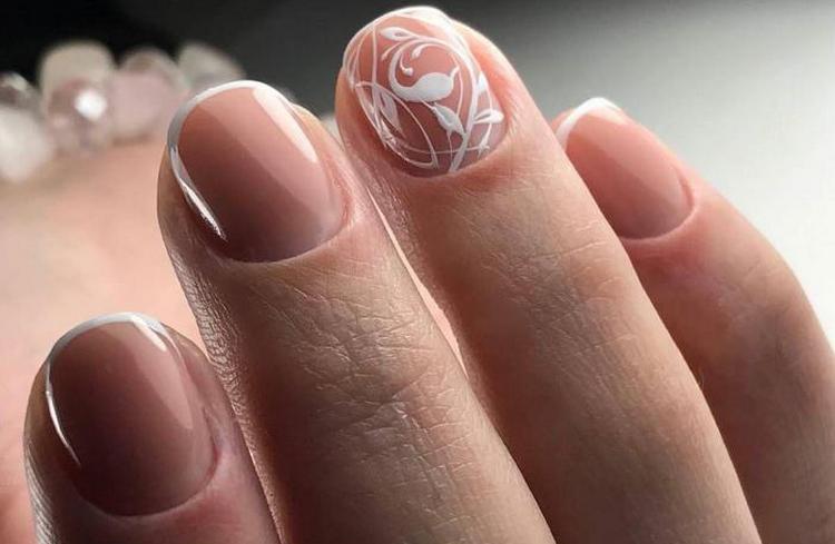 Френч будет выглядеть красиво даже на коротких ногтях.