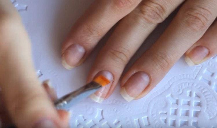 Посмотрите у нас также видео о свадебных дизайнах ногтей.