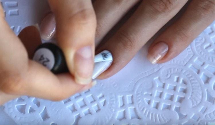 Для безымянного пальца используем белое покрытие.