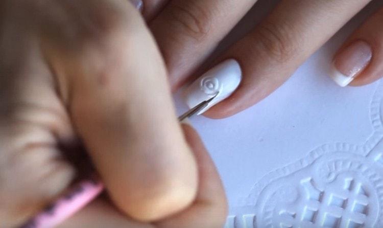 Далее рисуем на безымянном пальце выбранный рисунок.