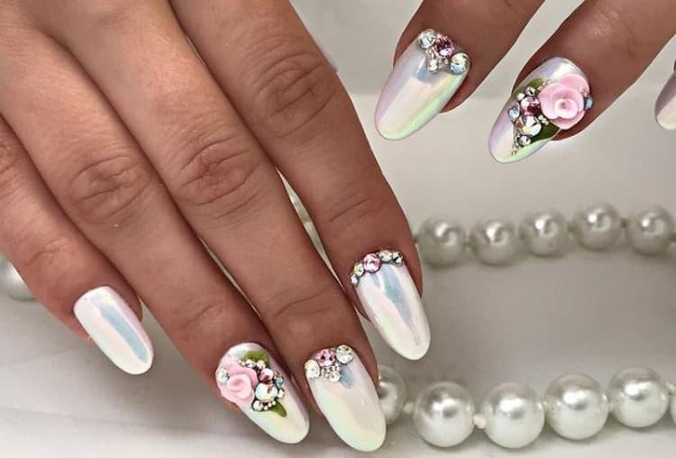 Ноготки с жемчужной втиркой можно украсить красивыми объемными цветами.