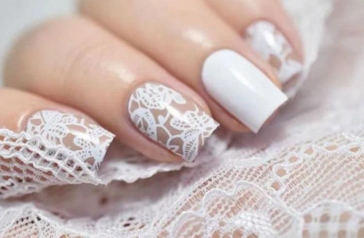 На не слишком длинные нарощенные нгти можно сделать такой свадебный дизайн.