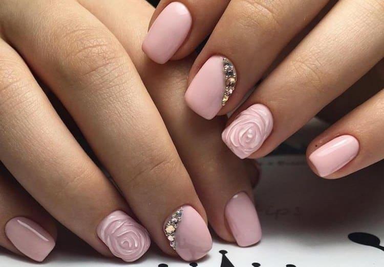 Если в свадебном маникюре хочется чего-то оригинального, можно украсить ногти лепкой.
