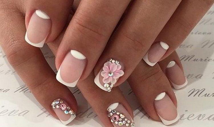 Объемный цветок на акцентном пальце придаст нежности и без того утонченному дизайне ногтей.
