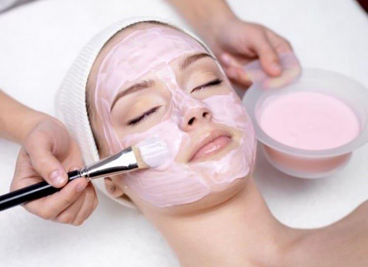 После салонной процедуры на лицо делают также специальную маску для сужения пор.