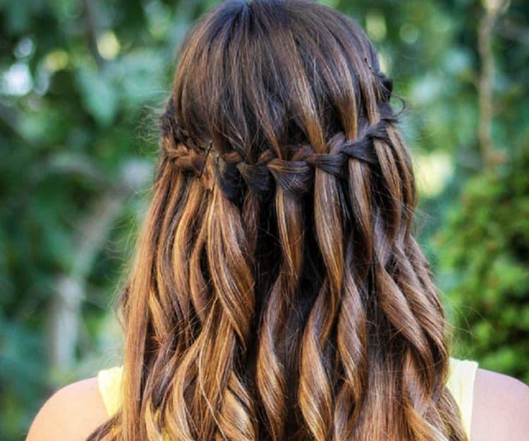 такой вариант простой вечерней прически на длинные волосы нравится многим.