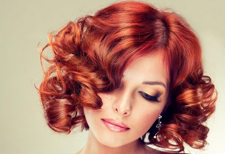 Посмотрите также видео-уроки о том, как сделать красивые вечерние прически на короткие волосы.