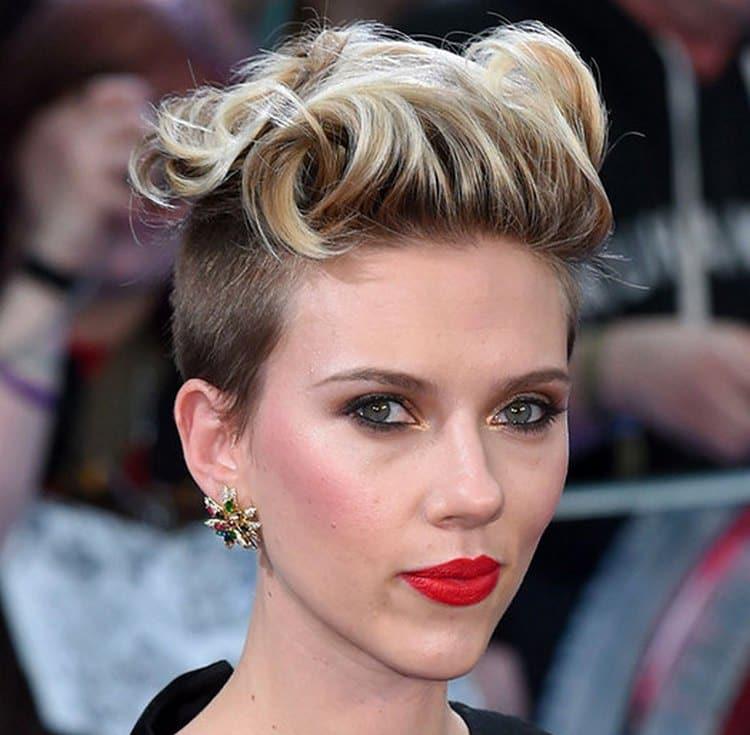 Вечерние прически на короткие тонкие волосы можно сделать при помощи различных средств для укладки.