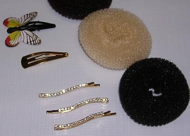 Чтобы сделать вечерние прически на волосы средней длины, понадобятся определенные аксессуары.