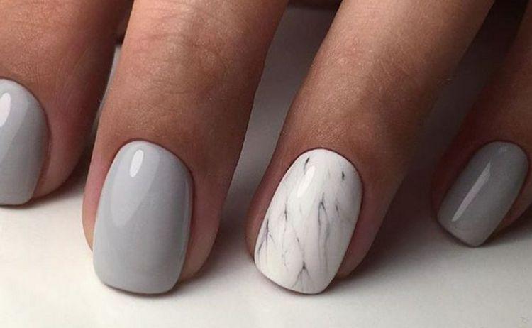 Мраморным узором можно выделить в маникюре акцентный палец.