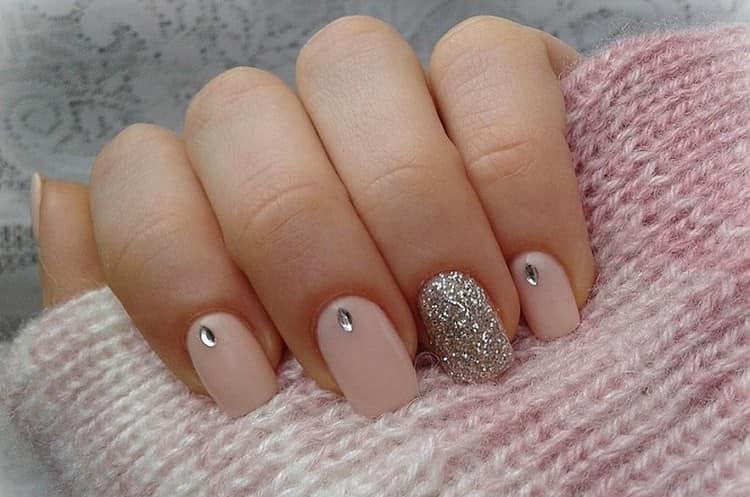 Сдержанный и легки весенний дизайн ногтей.
