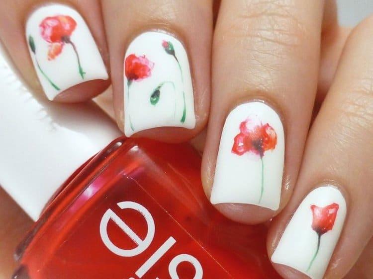 Такие нежные цветочки на ногтях можно нарисовать даже в домашних условиях.