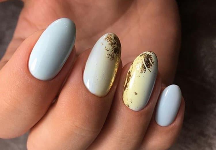 Можно также декорировать ногти фольгой.
