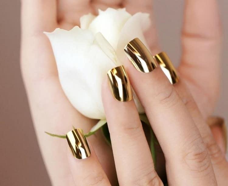 А вот модная золотая втирка на ногтях.