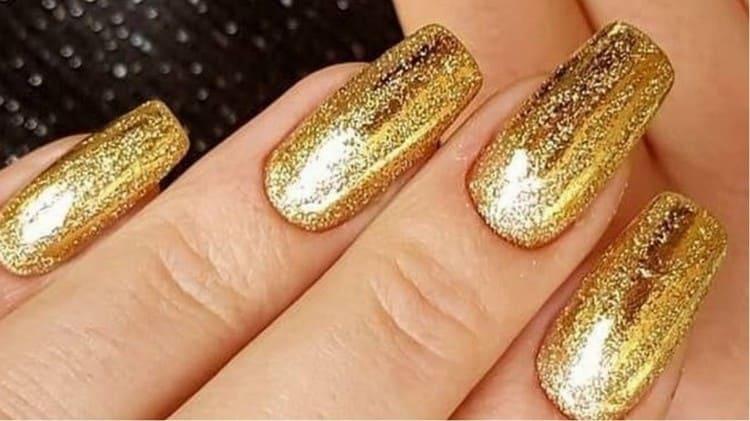 Золотистый глиттер на ногтях.