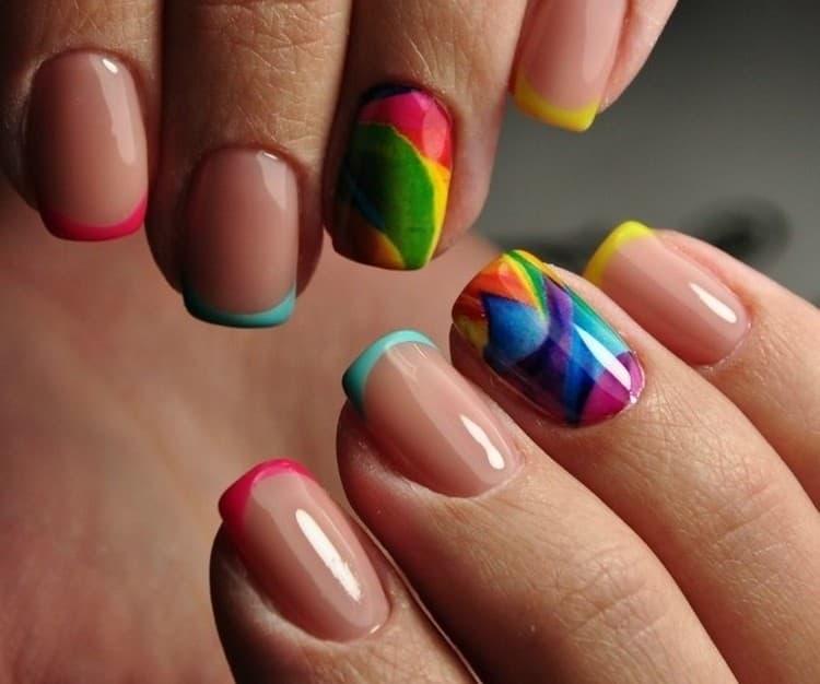 Стильный и яркий разноцветный дизайн ногтей.