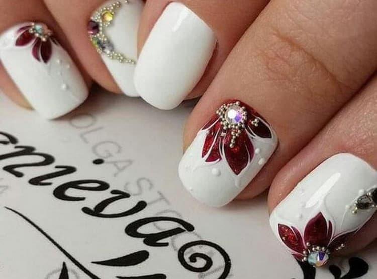 В тренде крупные цветы на ногтях.