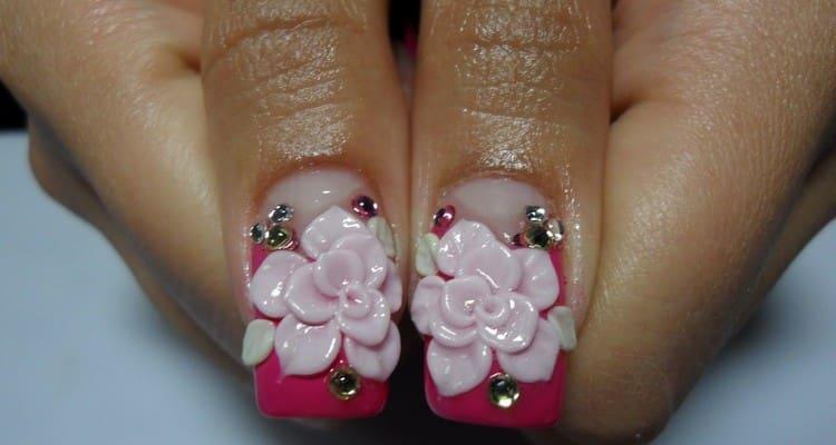 А вот крупные цветы на ногтях, выполненные в технике лепки.