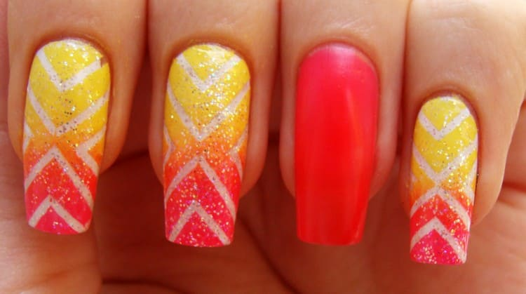 Обратите внимание на этот ярко-оранжевый дизайн ногтей.