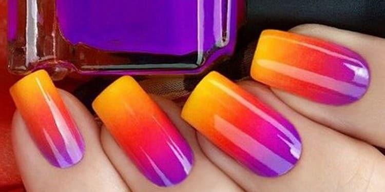 Стильный и яркий градиент на ногтях.