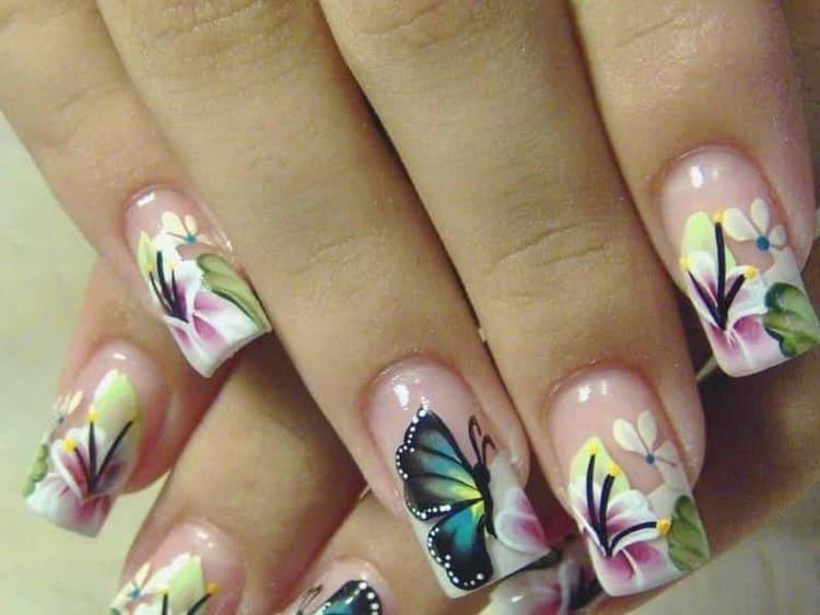 бабочки всегда будут актуальными для летнего маникюра.