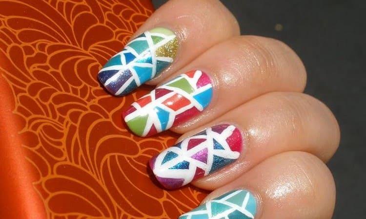 В моде также яркая мозаика на ногтях.