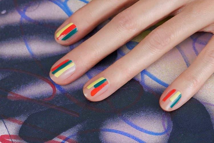 Яркий негатив спейс на ногтях.