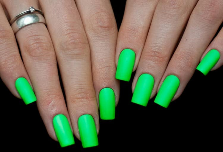 Посмотрите на дизайн ногтей ярко-зеленого цвета.