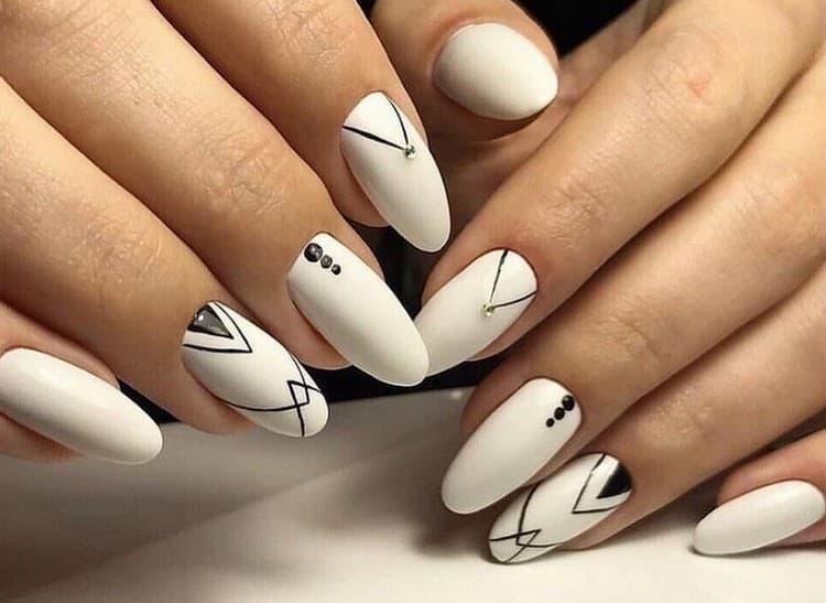 Такой геометрический узор на ногтях можно сделать в домашних условиях.