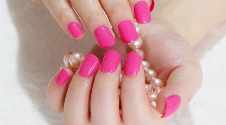 Актуальным будет и яркий розовый цвет на ногтях.