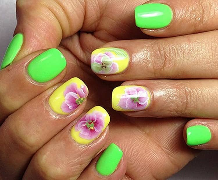 Цветы на фоне ярких ногтей.
