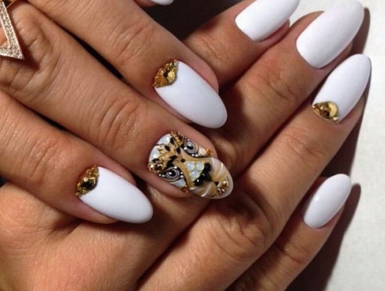 В моде также животные принты на ногтях.