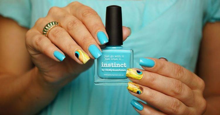 Посмотрите на этот роскошный дизайн ногтей, выполненный в желтых и голубых тонах.