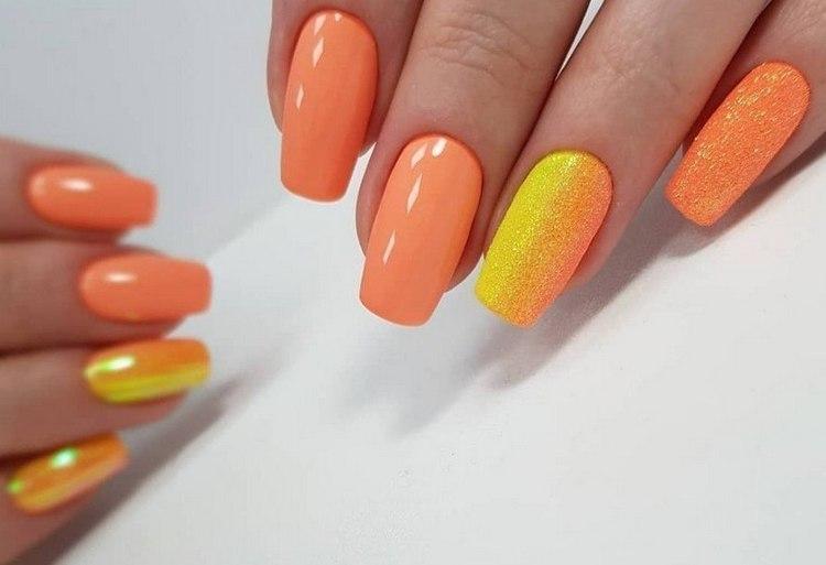 Полюбуйтесь на красивый желто-оранжевый градиент на акцентном пальце.