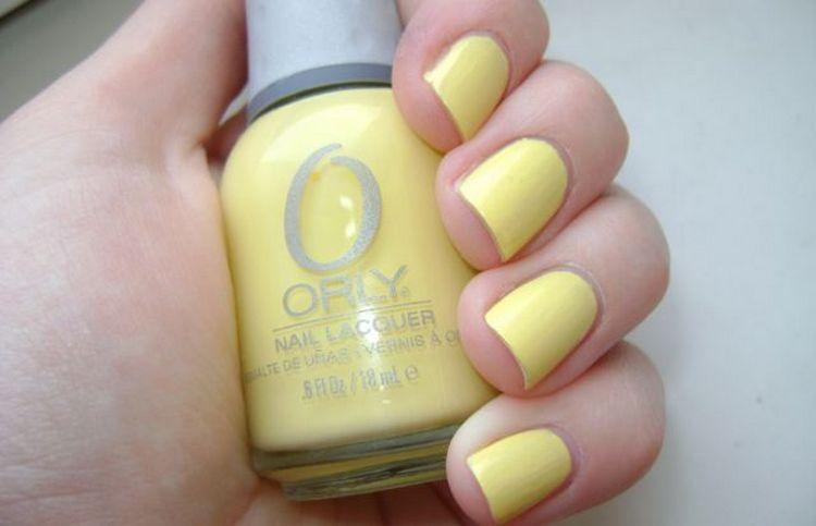 такой дизайн ногтей с желтым лаком понравится любительницам пастельных тонов.