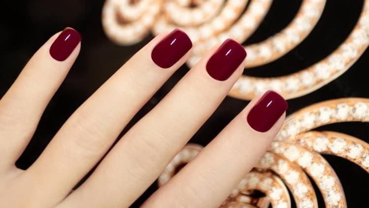 На фото дизайн для бордовых ногтей