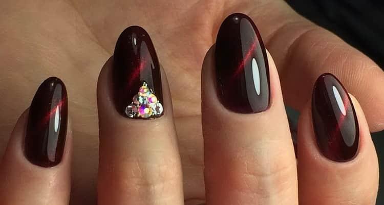 Бордовый дизайн для гелевых ногтей