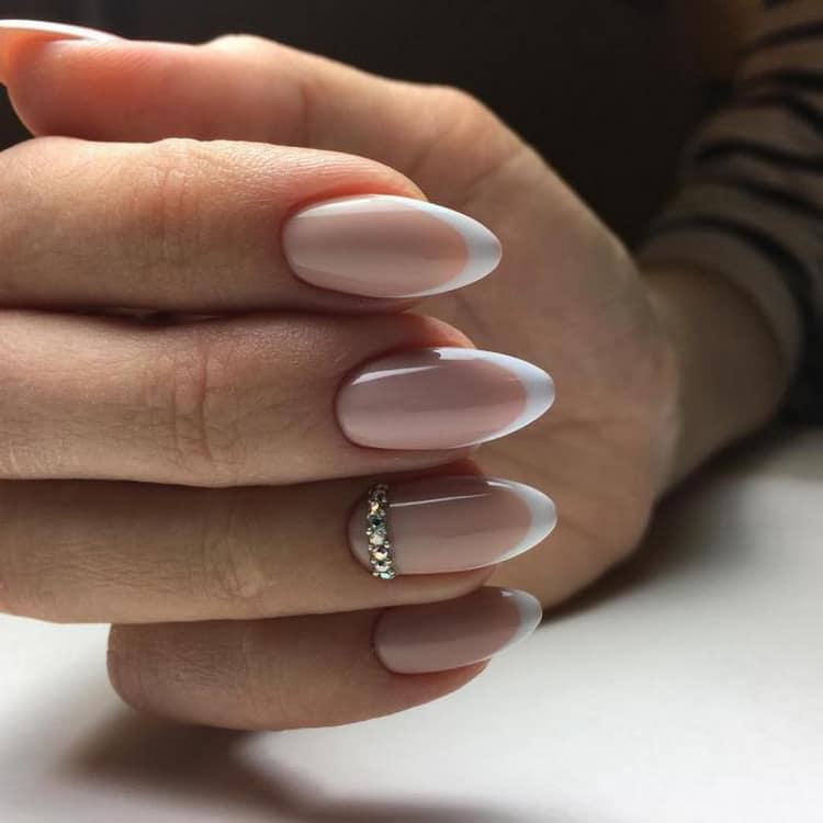 Как смотрится френч на ногтях миндалевидной формы