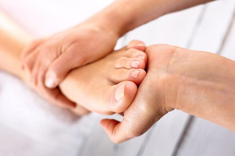 Как сделать педикюр и  наращивание ногтей на ногах