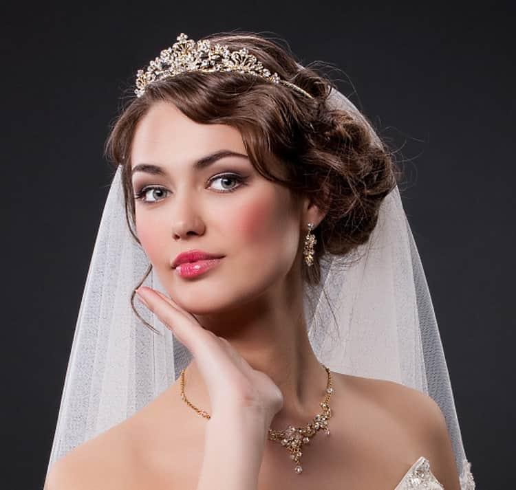 Как делается свадебные прически с короной и фатой