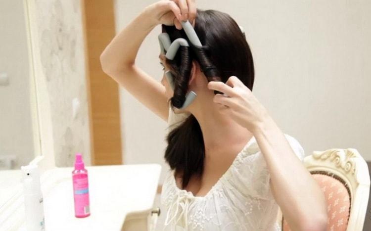 Узнайте, как пользоваться бигуди бумерангами на длинные волосы.