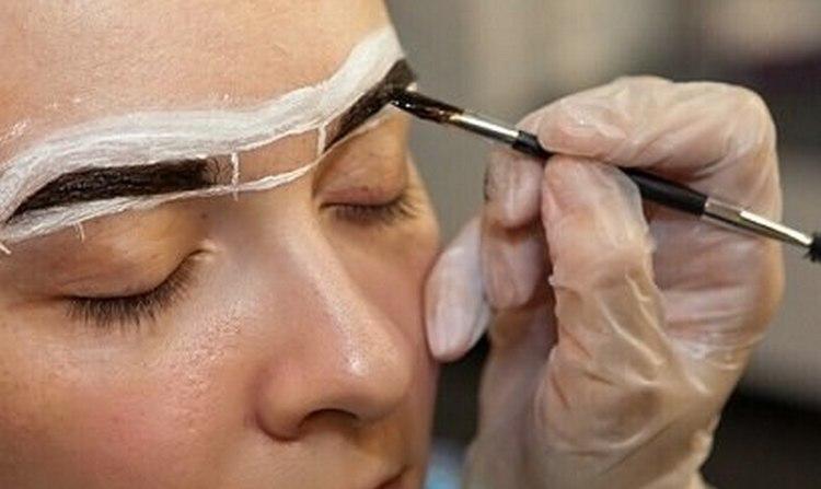 Посмотрите, как делается биотатуаж бровей хной.