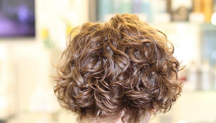 Посмотрите фото прически с биозавивкой на короткие волосы.