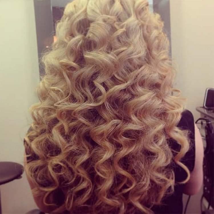очень красиво такие крупные локоны выглядят на длинных волосах.