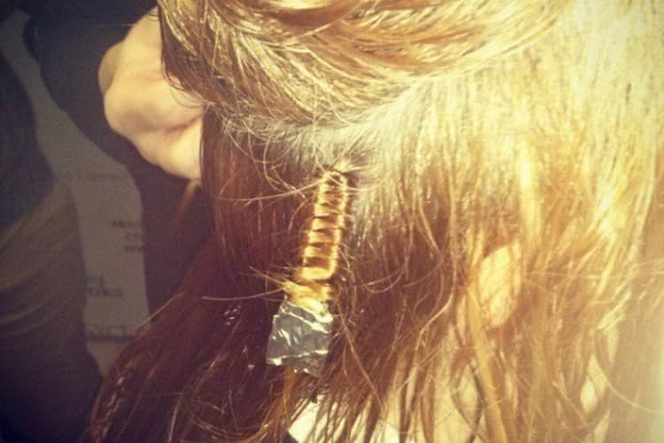 Очень важно покрыть химическим составом только те волосы, которые накручены на шпильки.