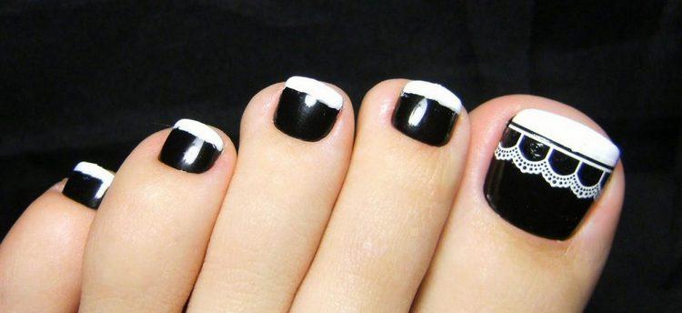 Еще один вариант модного черного дизайна ногтей на ногах.