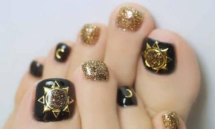 Золотой и черный можно очень удачно сочетать на ногтях ног.