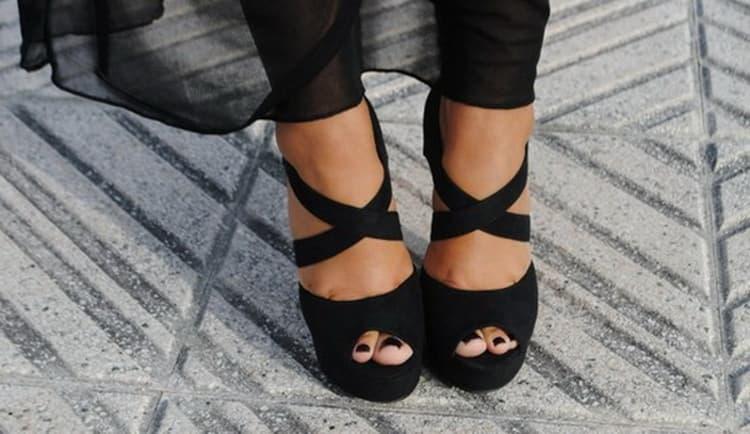 Черный педикюр на ногах всегда выглядит очень стильно.